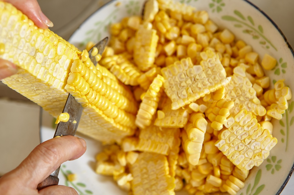 how to cut off corn from cob