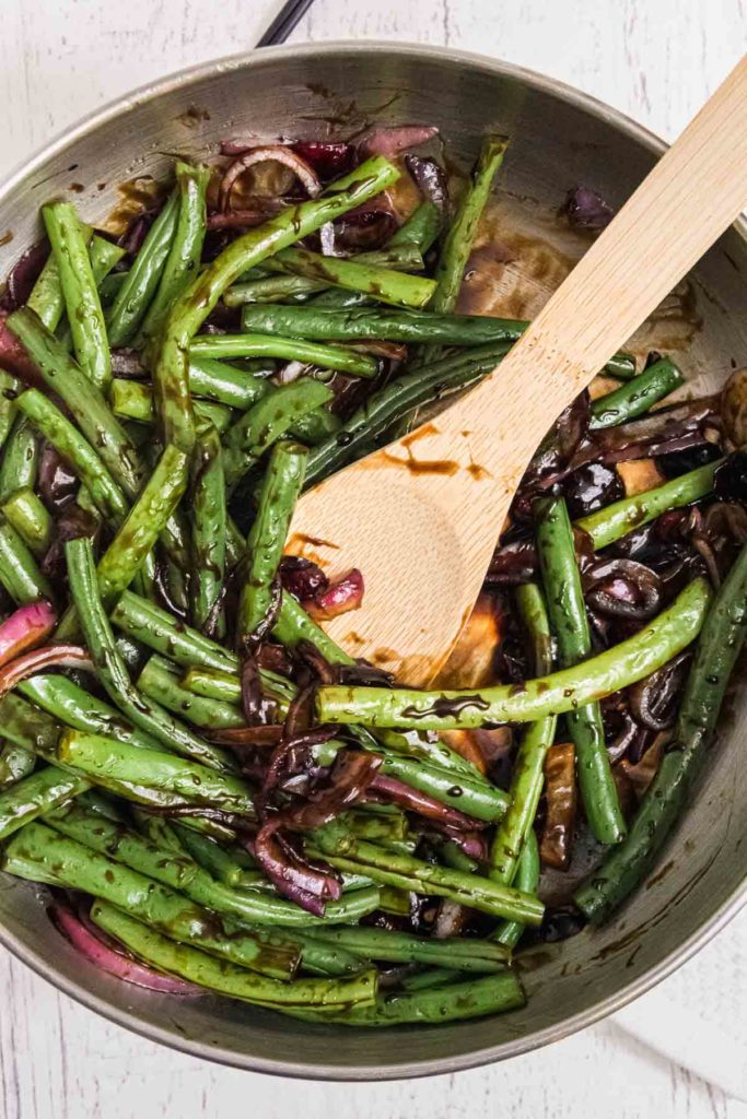 Green beans with balsamic glaze in a pan.