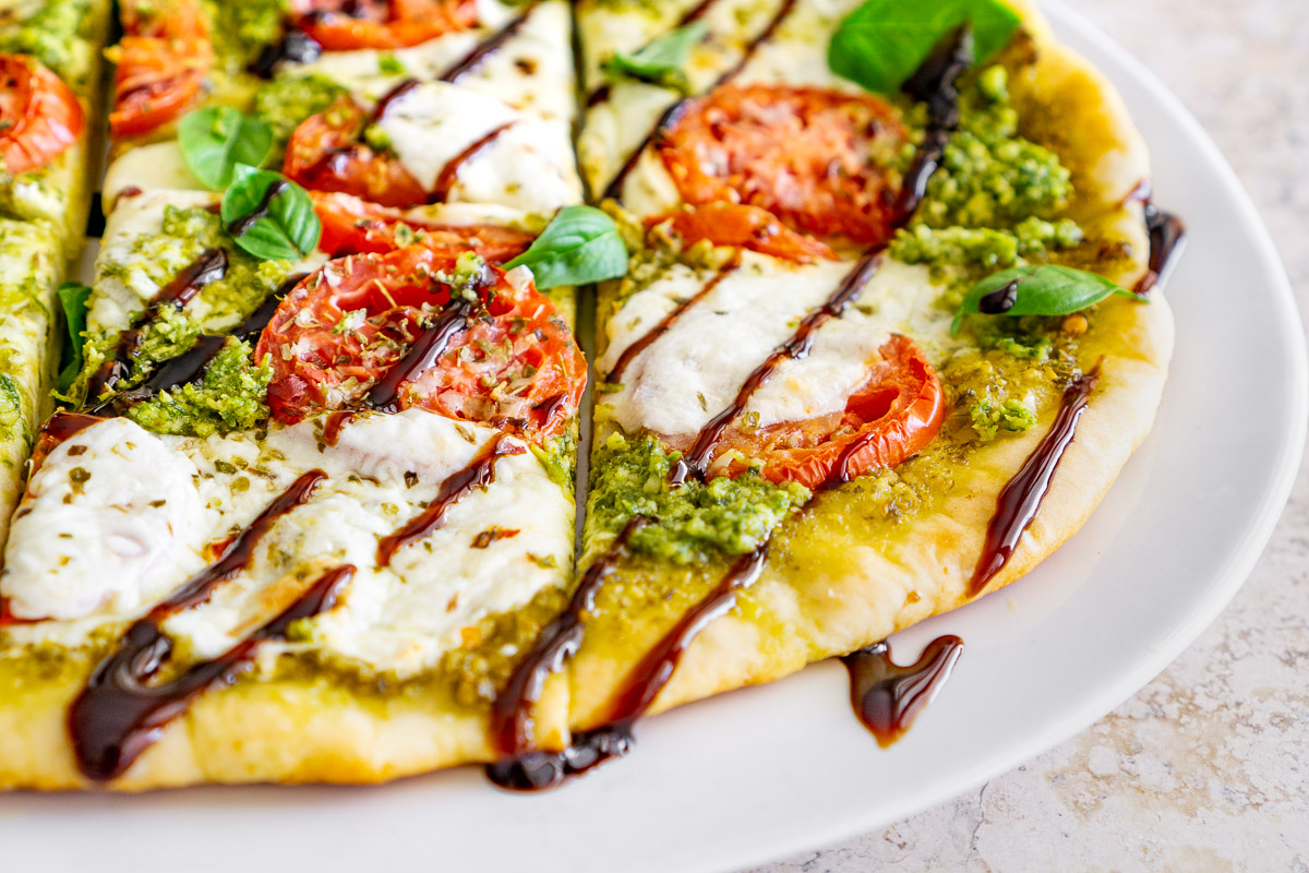 caprese pizza with fresh tomatoes